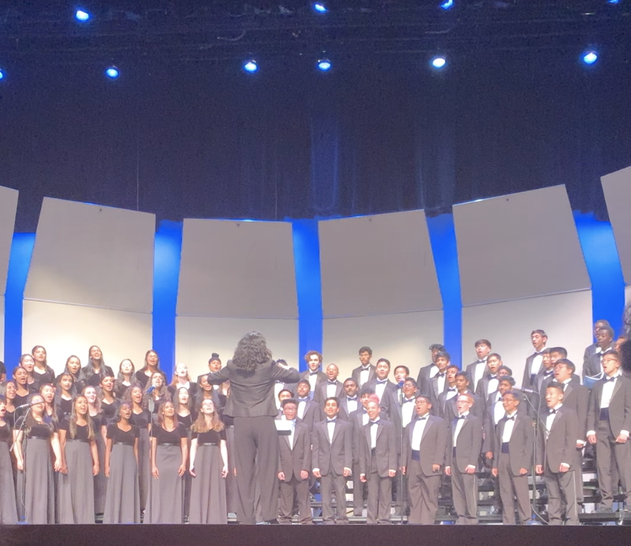 Ms.+Walker+leads+DVHS+choir+during+their+fall+concert.